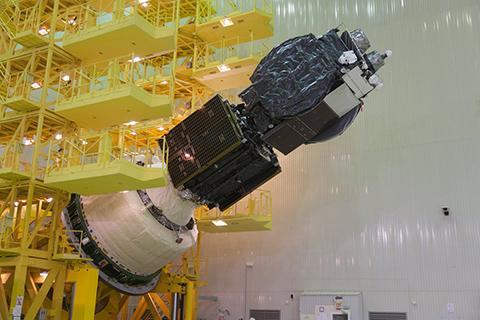 탑재체에 구성된 MEV-1(가운데), 하단에는 브리츠-M 추진체, 상단은 프랑스의 통신위성이다. © ILS