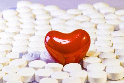 통상 잠에서 깨어난 뒤나 아침에 복용하는 것으로 알려진 혈압약을 잠 자기 전에 먹는 것이 심혈관 질환 위험과 사망률을 크게 줄인다는 조사 연구가 나왔다.  CREDIT: Pixabay / HeungSoon