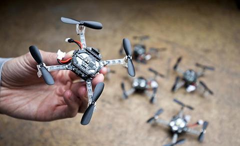 소형 드론은 한 손에 들어갈 정도로 작다. © TU Delft