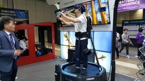 한 참가자가 크레인 건설 현장에서의 사고 예방을 위한 VR크레인 운전 교육 훈련 체험을 받고 있다. Ⓒ 김애영/ ScienceTimes