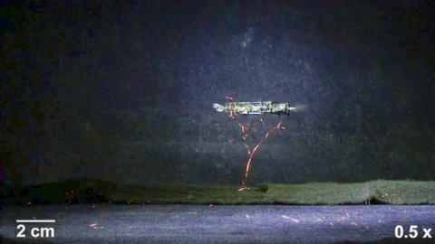 날개 8개와 네 개의 구동기를 장착한 모델은 공중을 맴도는 호버링 제어 비행 모습을 시연함으로써 최초의 연성-구동 비행 마이크로 로봇으로 등장했다.  CREDIT: Harvard Microrobotics Lab