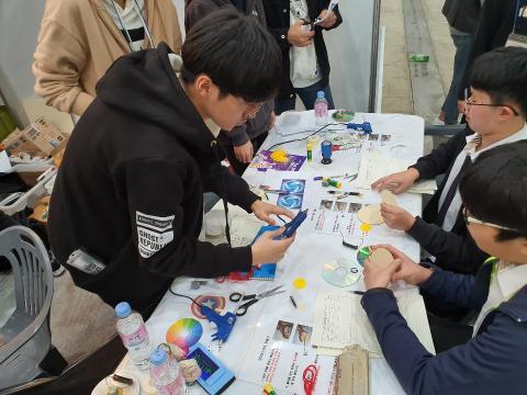 학생들이 CD와 둥근 하드보드 원판을 활용해 자이로스코프 메이커 체험을 하고 있다.ⓒ정현섭/ScienceTimes