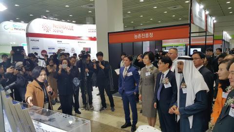 서울국제발명전시회장에서 참석자들이 발명가로부터 설명을 듣고 있다. Ⓒ 김애영/ ScienceTimes