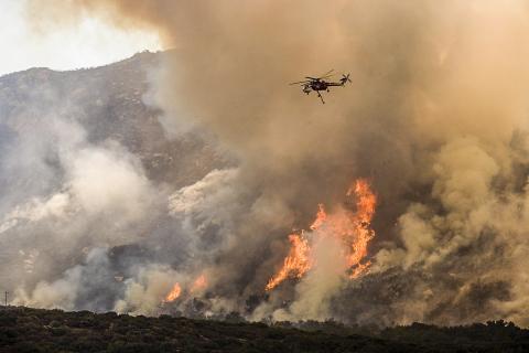 기후 변화에 따라 가뭄이 잦아지며 세계적으로 산불도 늘고 있다. 남캘리포니아 야산 화재현장에서 소방 헬리콥터가 물과 화학물질을 뿌리고 있는 모습.   Credit: Wikimedia / Andrea Booher