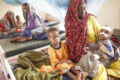 케냐 다다브의 빈민 캠프 의료실에 입원해 있는 영양 실조 어린이를 엄마가 안고 있는 모습.  Credit: Wikimedia / Oxfam East Africa