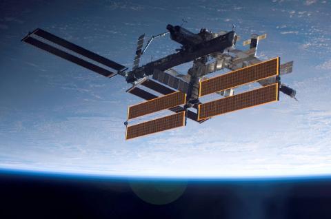 프랑스에 스타트업 '페이스 카고 언리미티드'에서 12병의 적포도주를 우주정거장으로 보내 숙성실험을 시작했다. 극미 중력 상태에서 맛과 향이 어떻게 변하는지 비교 분석하는 실험으로 향후 제품 생산에 큰 영향을 미칠 전망이다. ⓒ NASA