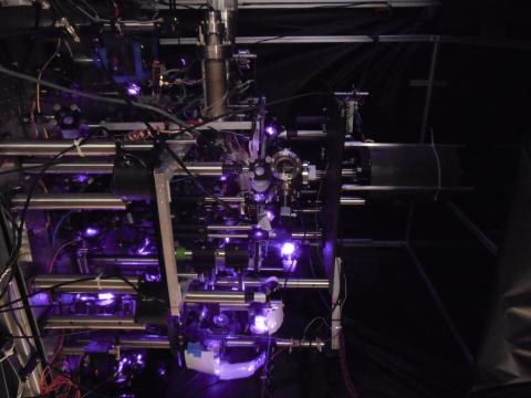 New desktop gravity measuring equipment. The purple laser puts the cesium atoms in a closed chamber. Ⓒ Victoria Xu
