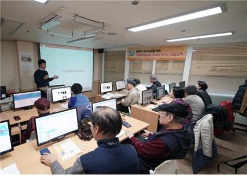 한국과학창의재단은 21일(목) 논현노인종합복지관에서 어르신 대상 코딩교육(DDD)을 진행했다. ⓒ 한국과학창의재단