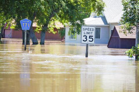 미국 아이오와 핀치필드 지역에서 홍수로 주택가가 물에 잠긴 모습. 기후 변화에 따라 급변기상 현상이 증가하면서 기상재해도 늘고 있다.  CREDIT: Don Becker, USGS