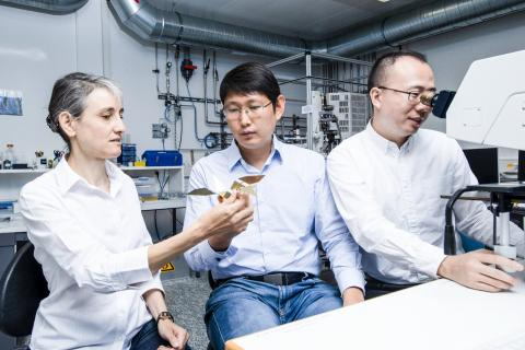 로라 하이더만 교수(왼쪽)와 티안윤 황 연구원(중앙)이 확대한 종이학 모델을 살펴보고 있다. 오른쪽은 현미경을 통해 실제 크기 모델을 관찰 중인 지자이 쿠이 연구원.  CREDIT: Paul Scherrer Institute/Mahir Dzambegovic