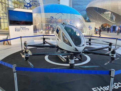 Ehang 216 모델. 이 모델은 2명이 탑승가능하고 16개의 프로펠러가 있다. 내부에는 비행을 조작하는 어떠한 장치도 갖춰져 있지 않다. 조종사가 필요 없고 승객은 탑승만 하면 된다. 헌터 장 부사장은 이런 방식이 앞으로 UAM에서 제공하는 가장 일반적인 방식이 될 것으로 전망했다.ⓒ정현섭/ScienceTimes