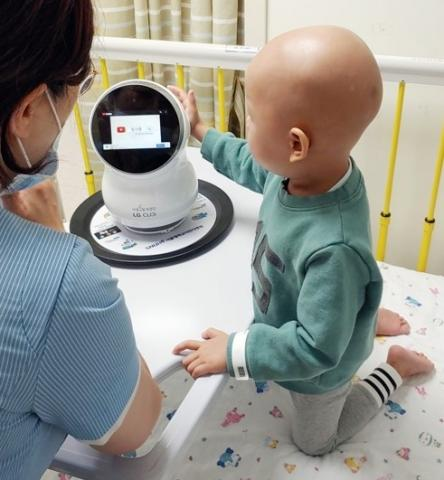 서울대학교 어린이병원에서 치료 중인 어린이가 LG 클로이를 체험하고 있는 모습.