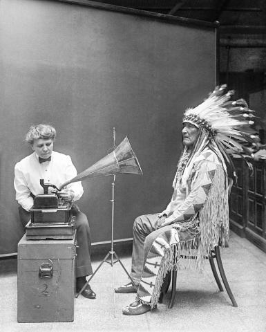 미 정부 민족국에서 1916년 블랙풋 족 인디언 족장의 노래를 녹음하고 있는 모습.  Credit: Wikimedia / Harris & Ewing