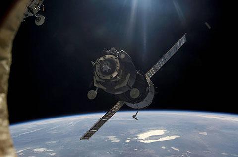 ISS와 도킹하기 위해 접근하는 소유즈 우주선. © NASA / ESA