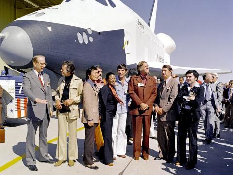 스타 트랙의 출연진과 작가들 기념 촬영 1976년 9월 17일(미국 제헌절).  ⓒ 위키백과