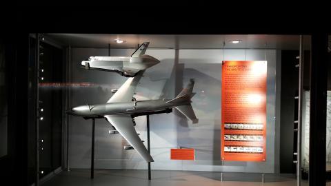 우주왕복선 궤도선(Orbiter)과 셔틀 운반기(SCA). 뉴욕 인트래피드 항공우주해양박물관.  ⓒ 박지욱