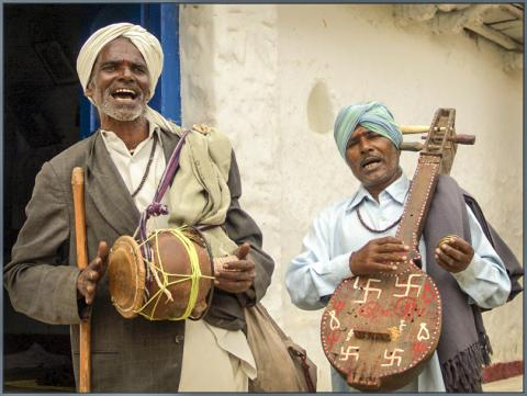 악보 없이 전승되는 전통 민속 음악을 연주하는 인도 민속음악인.  Credit: Wikimedia / Sukanto Debnath