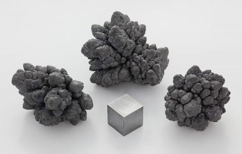 과학자들이 무른 납(Pb)에 강한 압력을 가해 250배 강한 납을 만들어내는데 성공했다. 향후 신소재를 개발하는데 이정표가 되는 중요한 실험으로 평가받고 있다. ⓒWikipedia