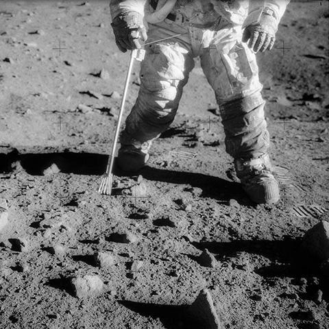 아폴로 12호 우주비행사 찰스 주니어의 우주복 무릎 아래에 달 먼지가 묻어 있다. © NASA