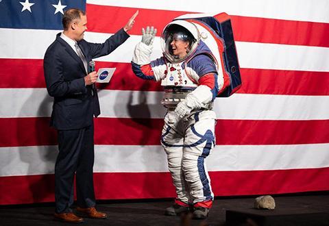 지난 10월 아르테미스 xEMU 우주복을 소개하는 짐 브라이든스틴 NASA 국장. © NASA / Joel Kowsky