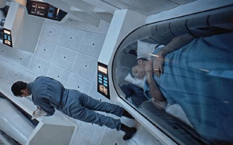 미 의료진이 총상 등으로 생명이 위독한 환자를 가사상태로 유도해 수술에 성공했으며, 다시 소생시키는데 성공했다. 사진은 가사상태에서 수면을 취하고 있는 SF영화의 한 장면. ⓒ geneticliteracyproject.org
