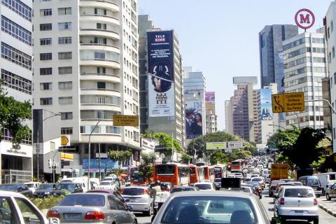 브라질 사웅파울루 도로의 교통 체증. 브라질은 자동차 의존도가 높아 교통 체증도 많은 것으로 알려진다. 에너지를 줄이고 기후 변화를 완화하기 위해서는 대중교통 인프라 확대가 필요하다.  Credit: Wikimedia / Mario Roberto Duran Ortiz Mariordo