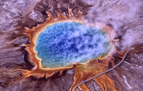 고세균은 화산 온천에서도 발견된다. 사진은 옐로스톤 국립공원의 그랜드 프리즘 온천. © U.S. NPS