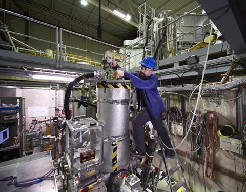 암흑물질을 찾기 위해 실험 중인 울머 박사. © CERN