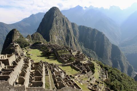 마추픽추는 케추아어로서 '나이 든 봉우리'라는 뜻이다. 최근 케추아어로 쓰여진 논문이 페루의 산마르코스대학에서 박사 학위를 통과했다.