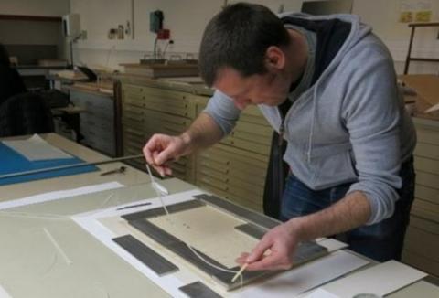 복원가가 데빠쌍 시스템으로 훼손된 작품을 복원하고 있다  ⓒ Louvre Museum