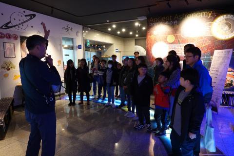 충주고구려천문과학관의 '아빠와 함께하는 과학 공작 교실'은 아빠와 함께 아이들이 별자리를 연구하고 우주의 신비를 경험하는 특별한 프로그램이다.