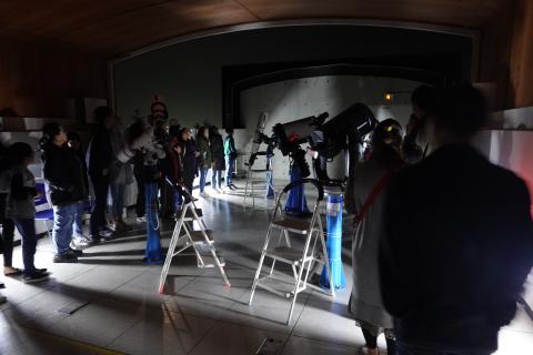 참가자들은 관측실에 있는 망원경으로 실제 천체를 관측하는 시간을 갖는다. ⓒ 충주고구려천문과학관