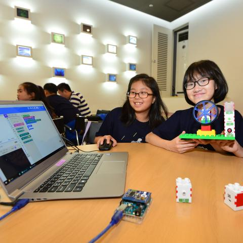크리모가 개발한 스마트 블록 '인터 코디(INTER CODI)'로 만든 창작물을 소개하고 있는 학생들. ⓒ (주)크리모