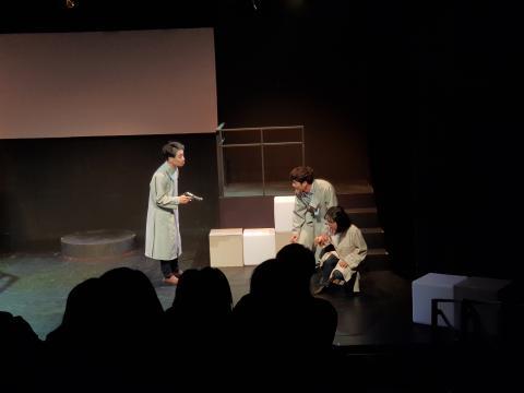 유전자 편집 기술의 위험성과 허상을 폭로하려는 주인공을 위협하며 회유하는연극 '지니:어스'의 한 장면