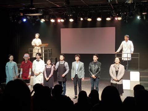 공연 후 무대인사를 위해 자리한 '지니:어스' 출연진들. 이들은 신규로 선발된 과학 퍼포머 2기생들이다.