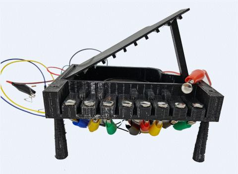 '저항으로 만드는 악기'는 피아노를 직접 만들고 저항을 연결했을 때 소리의 변화가 어떻게 변하는지 알 수 있도록 했다.