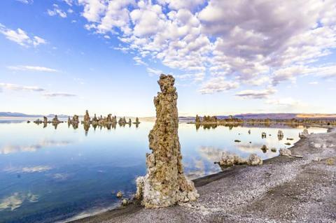 미국 캘리포니아 동부에 있는 모노 호수는 배수가 되지 않아 시간이 지남에 따라 계속 소금이 축적된다. 이같이 탄산염이 풍부한 호수에서 고농도의 인이 축적돼 생명이 탄생했다는 연구가 나왔다. 사진은 높은 염분이 소금 기둥을 만든 모습.  CREDIT: Matthew Dillon/Flickr