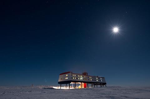 극야의 노이마이어 III 남극 기지. © AWI, Stefan Christmann