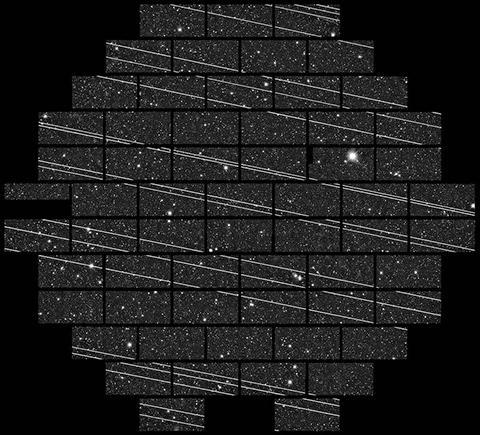 지난달 세로 토로로 천문대의 4m급 망원경이 촬영한 사진. 스타링크 위성들이 시야를 통과하면서 19개의 줄무늬를 남겼다. © NSF / AURA