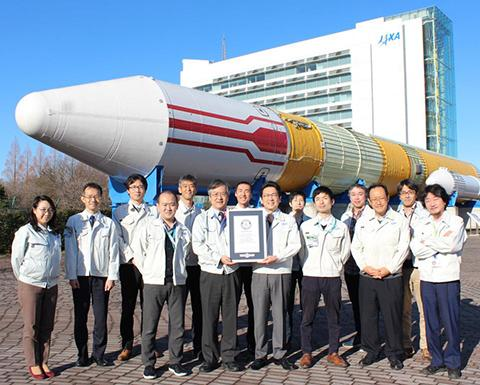 기네스 세계 기록 인증서를 받은 츠바메 위성 개발팀. © JAXA