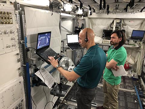 독일 쾰른의 유럽 우주비행사 센터에서 로버 조종 훈련 중인 루카 파르미타노. © ESA