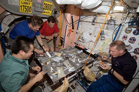 국제우주정거장에서 식사하는 우주비행사들. © NASA / ESA