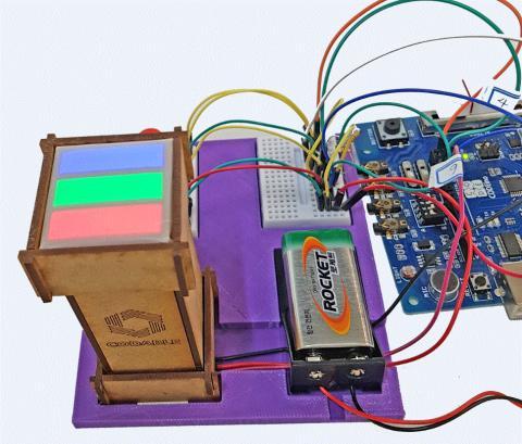 첫번째 키트 중 하나로써 빛의 혼합을 실험할 수 있는 'RGB 합성기'. ⓒ (주)코더블