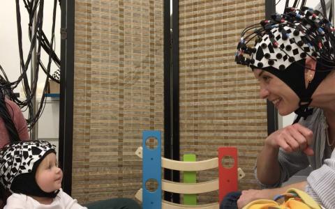 혈액안의 산소량을 측정하는 모자를 쓴 아기와 어른 실험자. ⓒ Elise Piazza, Princeton Baby Lab