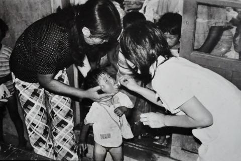 폴리오 생백신(OPV)을 먹이는 장면. ⓒ여수 애양원 역사관