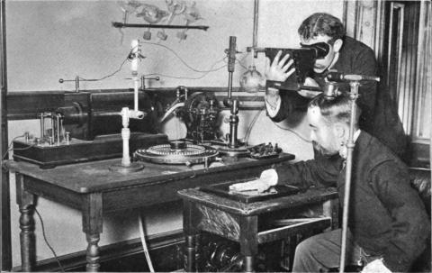"""1800년대 과학자들이 'X-선' 촬영을 하는 장면. 125년 전에 빌헬름 뢴트겐이 발견한 """"X-선'은 의료계는 물론 물리학 등 과학계 전반에 큰 영향을 미쳤다. ⓒWikipedia"""