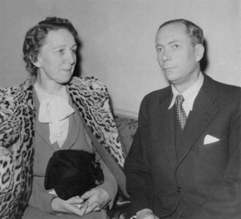비타민 K를 발견해 1943년 노벨 생리의학상을 수상한 헨리크 담과 그의 부인.  ⓒ Public Domain