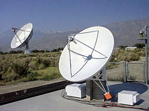 미국 캘리포니아 오웬스 밸리 관측소의 태양 관측 전파망원경 계열(EOVSA) 모습. Credit: Wikimedia / Dale E. Gary