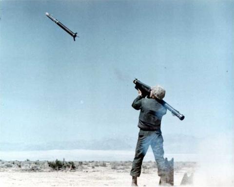 FIM-43C 레드아이 MANPADS의 발사 모습. 사거리와 속도는 낮지만 도수운반이 가능하고 기동성이 뛰어나 위협적이다. ⒸWikipedia