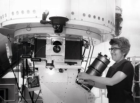키트피크 국립천문대에서 2.1m 망원경으로 관측하고 있는 베라 루빈 박사. © NSF